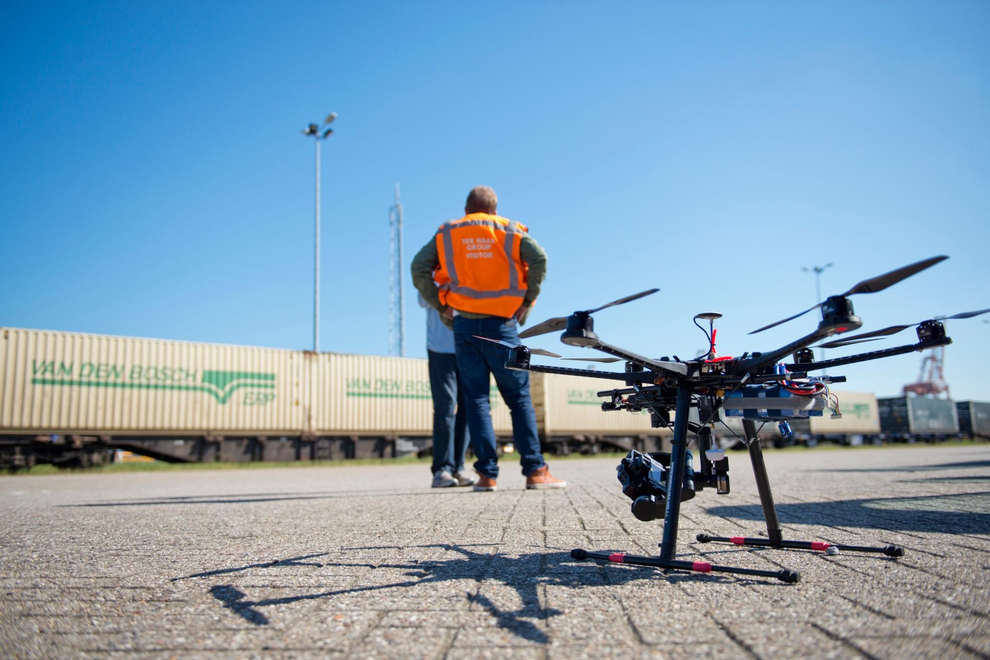 Drohne vor Bauarbeiter
